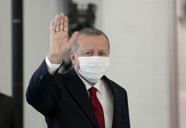Tổng thống Thổ Nhĩ Kỳ Recep Tayyip Erdogan đeo khẩu trang y tế bảo vệ trong bệnh viện ở Istanbul - Sputnik Việt Nam
