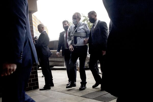Tổng thống Séc Milos Zeman đeo khẩu trang y tế tại một điểm bỏ phiếu ở Praha trong ngày đầu tiên của cuộc bầu cử thượng viện khu vực - Sputnik Việt Nam