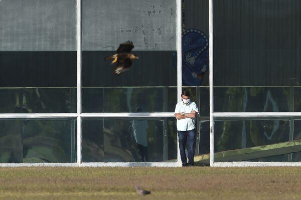 Tổng thống Brazil Jair Bolsonaro đeo khẩu trang y tế bảo vệ bên ngoài dinh tổng thống Alvorada ở Brasilia - Sputnik Việt Nam