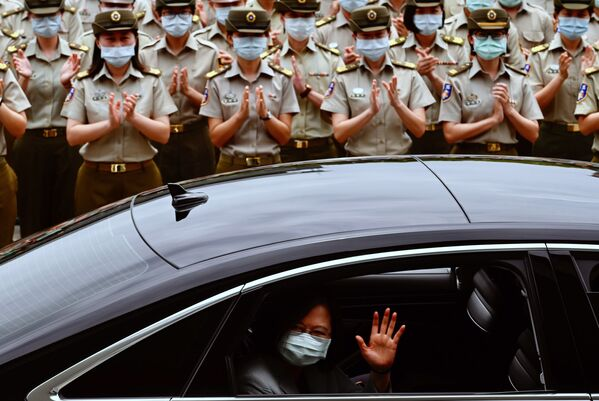 Tổng thống Đài Loan Thái Anh Văn, đeo khẩu trang y tế bảo vệ, vẫy tay từ cửa sổ xe ô tô nguyên thủ - Sputnik Việt Nam