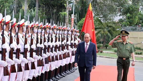 Thủ tướng Nguyễn Xuân Phúc duyệt đội danh dự Công an nhân dân. - Sputnik Việt Nam