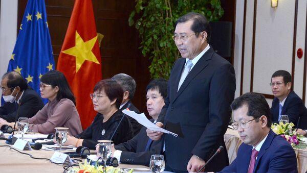 Chủ tịch UBND thành phố Đà Nẵng Huỳnh Đức Thơ (thứ 2, từ phải sang) phát biểu trong buổi làm việc. - Sputnik Việt Nam
