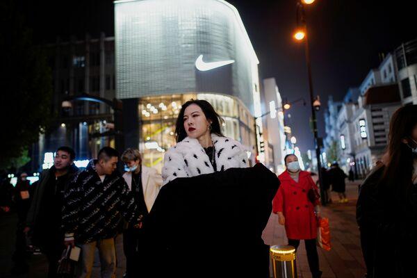 Người dân trên phố mua sắm chính ở Vũ Hán gần một năm sau khi đại dịch bùng phát - Sputnik Việt Nam