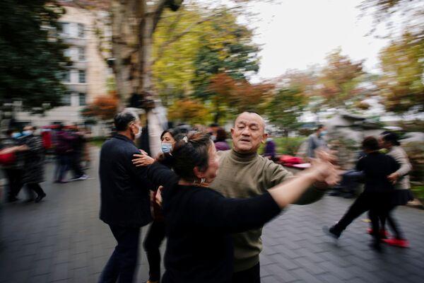 Mọi người khiêu vũ ở Vũ Hán, gần một năm sau khi đại dịch bùng phát - Sputnik Việt Nam