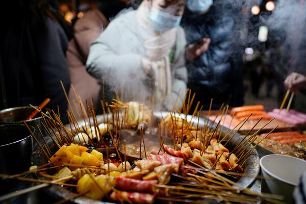 Đồ ăn nhẹ địa phương được bán ở Vũ Hán, thời điểm gần một năm sau khi đại dịch bắt đầu - Sputnik Việt Nam