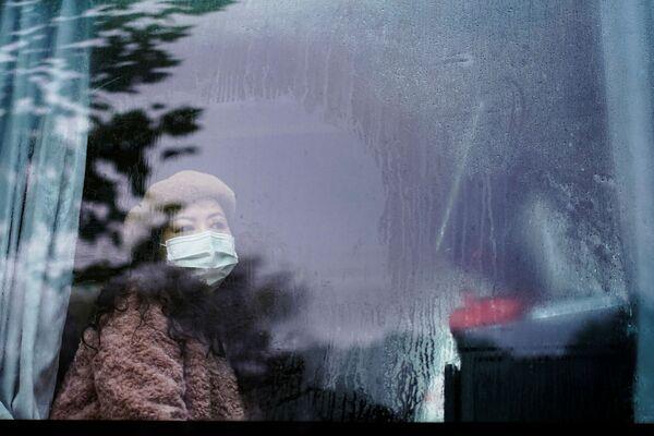 Cô gái đeo khẩu trang trên xe buýt ở Vũ Hán, gần một năm sau khi đại dịch bùng phát - Sputnik Việt Nam