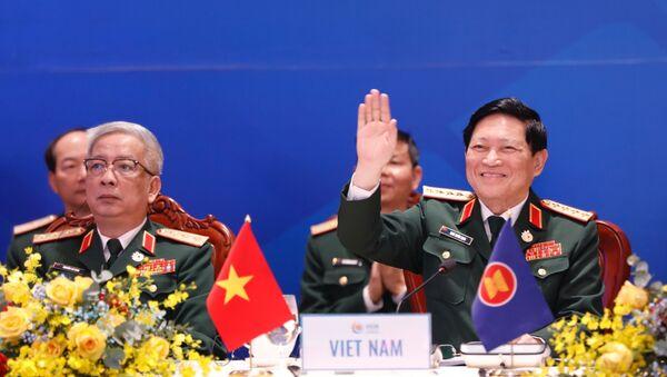 Đại tướng Ngô Xuân Lịch, Ủy viên Bộ Chính trị, Phó bí thư Quân ủy Trung ương, Bộ trưởng Quốc phòng Việt Nam chủ trì hội nghị.  - Sputnik Việt Nam