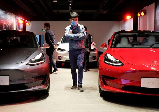 Một người đàn ông trong đại lý Tesla