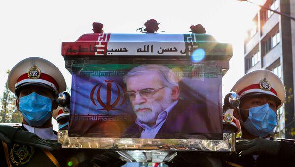 Quân nhân khiêng quan tài của nhà khoa học hạt nhân Iran Mohsen Fakhrizadeh trong lễ tang ở Tehran - Sputnik Việt Nam