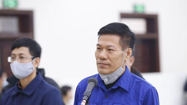 Bị cáo Nguyễn Nhật Cảm (sinh năm 1963, nguyên Giám đốc CDC Hà Nội) khai báo trước Hội đồng xét xử. - Sputnik Việt Nam