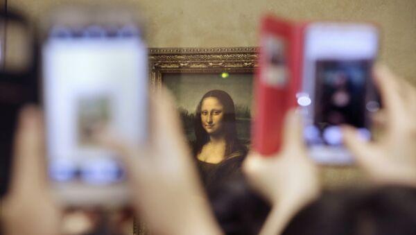 Bức Mona Lisa của Leonardo da Vinci tại bảo tàng Louvre, Paris - Sputnik Việt Nam