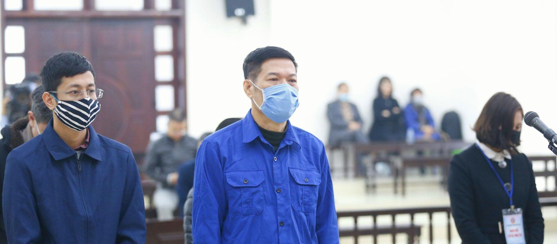 Bị cáo Nguyễn Nhật Cảm (sinh năm 1963, nguyên Giám đốc CDC Hà Nội) và đồng phạm nghe đại diện Viện Kiểm sát đọc Bản cáo trạng truy tố. - Sputnik Việt Nam, 1920, 11.12.2020