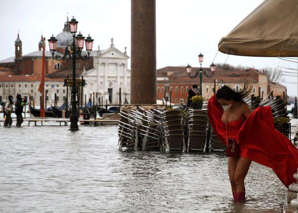 Người mẫu trên Quảng trường St. Marco bị ngập lụt ở Venice, Ý - Sputnik Việt Nam