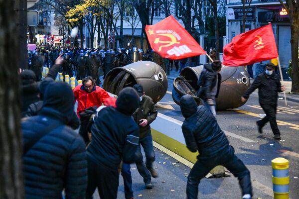 Cảnh sát và những người biểu tình chống lại Dự luật An ninh Toàn cầu ở Paris - Sputnik Việt Nam
