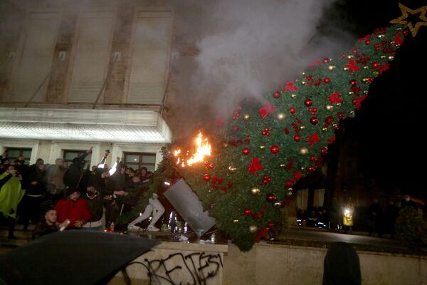 Người biểu tình đốt cây thông Noel trước dinh thủ tướng Albania trong cuộc đụng độ ở Tirana - Sputnik Việt Nam