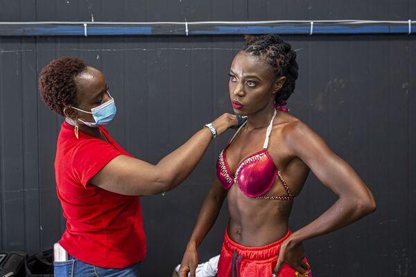 Vận động viên thể hình xoa kem trước cuộc thi thể hình Iron Fit Bodybuilding ở Nairobi - Sputnik Việt Nam