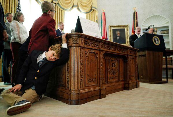 Cháu trai vận động viên người Mỹ Dan Gable tựa vào bàn trong khi ông nội phát biểu tại Nhà Trắng, Washington - Sputnik Việt Nam