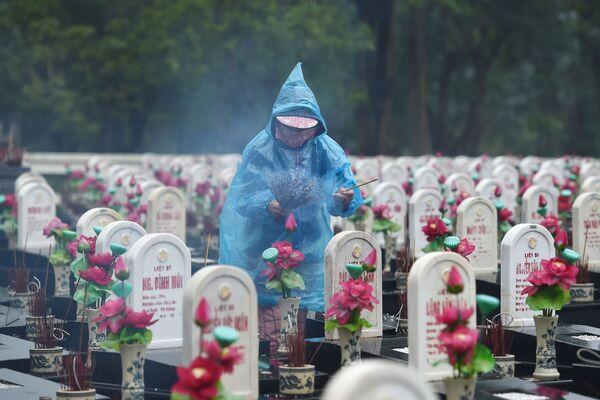 Du khách thắp nén nhang tại Nghĩa trang liệt sĩ Trường Sơn, Việt Nam - Sputnik Việt Nam