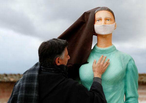 Linh mục với bức tượng y tá tại Nhà thờ Thánh Phanxicô ở Assisi, Ý - Sputnik Việt Nam