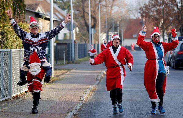 Những người trong trang phục ông già Noel trong cuộc chạy thi St. Nicholas ở Berlin, Đức - Sputnik Việt Nam