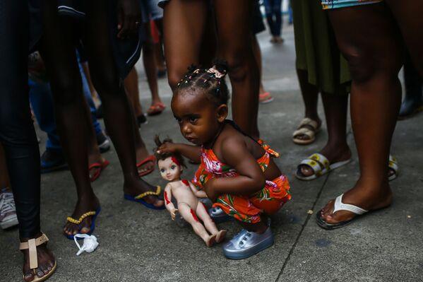 Bé gái mang theo búp bê trong cuộc biểu tình ở Duque de Caxias, Brazil - Sputnik Việt Nam