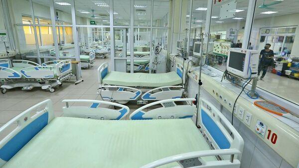Tại cơ sở Kim Chung, bố trí ngay các vòng điều trị, gồm bệnh nhân dương tính nặng, bệnh nhân dương tính có tồn thương phổi, bệnh nhân dương tính, bệnh nhân nghi nhiễm; Tổ chức 3 vòng điều trị, chăm sóc theo dõi bệnh nhân gồm phòng lõi, vòng đệm và vòng ngoài, đảm bảo hạn chế tối đa việc lây nhiễm chéo sắp xếp nhân lực phù hợp đảm bảo chủ động, có dự phòng khi số lượng bệnh nhân tăng - Sputnik Việt Nam
