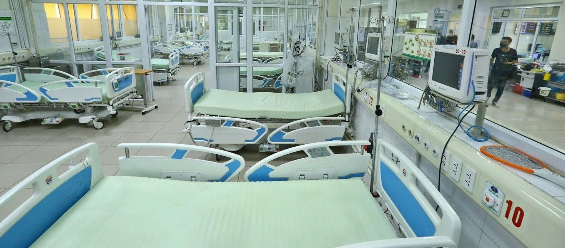 Tại cơ sở Kim Chung, bố trí ngay các vòng điều trị, gồm bệnh nhân dương tính nặng, bệnh nhân dương tính có tồn thương phổi, bệnh nhân dương tính, bệnh nhân nghi nhiễm; Tổ chức 3 vòng điều trị, chăm sóc theo dõi bệnh nhân gồm phòng lõi, vòng đệm và vòng ngoài, đảm bảo hạn chế tối đa việc lây nhiễm chéo sắp xếp nhân lực phù hợp đảm bảo chủ động, có dự phòng khi số lượng bệnh nhân tăng - Sputnik Việt Nam, 1920, 06.02.2021