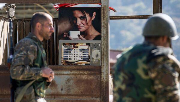 Những người đàn ông có vũ trang ở làng Chanakhchi ở Nagorno-Karabakh - Sputnik Việt Nam