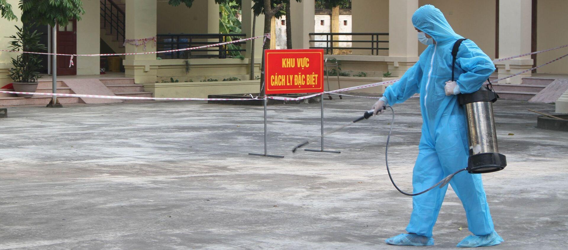 Cán bộ y tế phun hóa chất khử trùng tại khu vực cách ly, điều trị bệnh nhân dương tính với virus SARS-CoV-2 - Sputnik Việt Nam, 1920, 28.01.2021