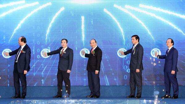 Thủ tướng Nguyễn Xuân Phúc và các đại biểu thực hiện nghi thức khởi động dự án - Sputnik Việt Nam