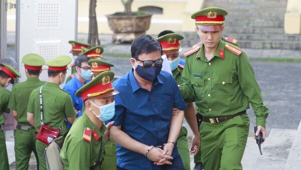 Bị cáo Đinh La Thăng (nguyên Bộ trưởng Bộ Giao thông Vận tải từ tháng 8/2011 - 2/2016) được đưa đến phiên tòa xét xử. - Sputnik Việt Nam