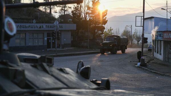 Lực lượng gìn giữ hòa bình Nga trên một con phố ở thành phố Lachin (Berdzor) ở Nagorno-Karabakh - Sputnik Việt Nam