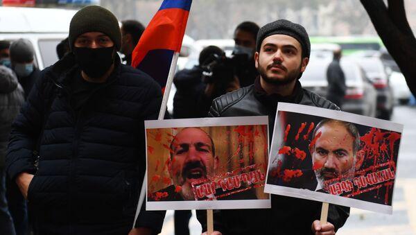 Những người tham gia biểu tình tại tòa nhà chính phủ của đất nước, nơi bắt đầu cuộc họp thường kỳ của Nội các Bộ trưởng. - Sputnik Việt Nam
