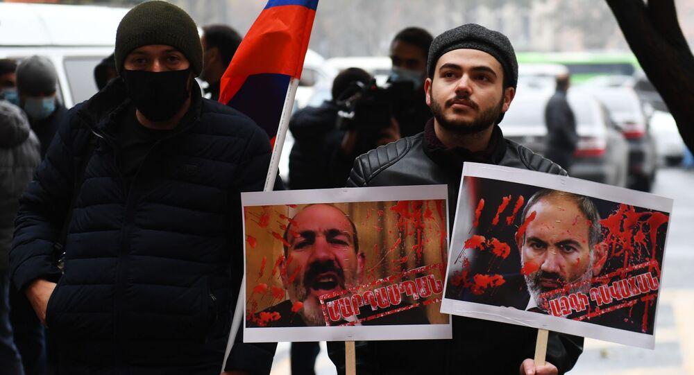 Những người tham gia biểu tình tại tòa nhà chính phủ của đất nước, nơi bắt đầu cuộc họp thường kỳ của Nội các Bộ trưởng.