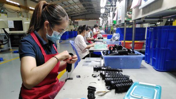 Công nhân hoàn thiện linh kiện giảm chấn băng cao su kỹ thuật cao tại nhà máy của Công ty TNHH Tương Lai. - Sputnik Việt Nam