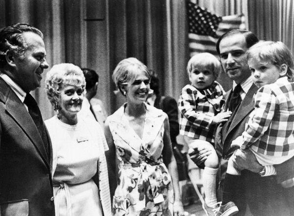Thượng nghị sĩ Joe Biden với các con trai của mình tại đại hội đảng Dân chủ, 1972 - Sputnik Việt Nam