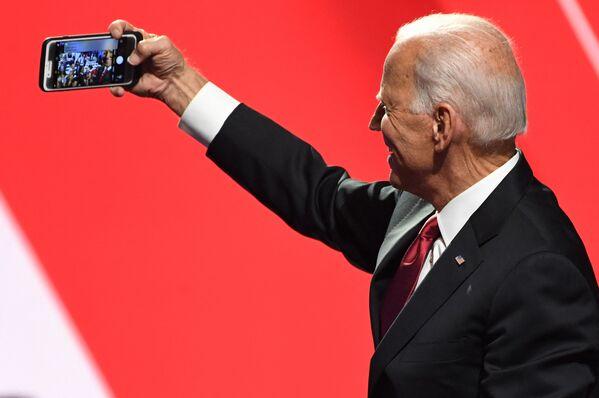 Cựu Phó tổng thống Joe Biden chụp ảnh selfie với những người ủng hộ ở Ohio, 2019 - Sputnik Việt Nam