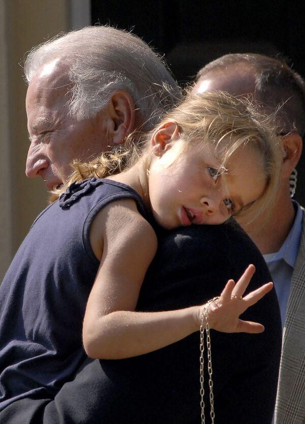 Thượng nghị sĩ Joe Biden với cháu gái sau buổi lễ nhà thờ, 2008 - Sputnik Việt Nam