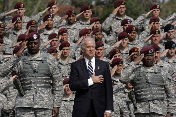 Phó Tổng thống Joe Biden hát quốc ca với quân đội trở về từ Iraq, 2009 - Sputnik Việt Nam