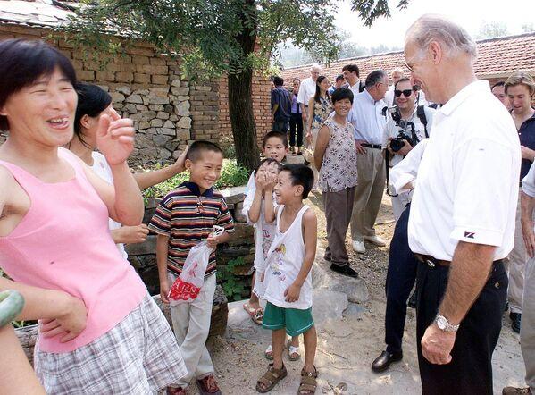 Joe Biden, Chủ tịch Ủy ban Đối ngoại Thượng viện Hoa Kỳ, trong chuyến thăm làng Yanziko ở miền bắc Trung Quốc, 2001 - Sputnik Việt Nam