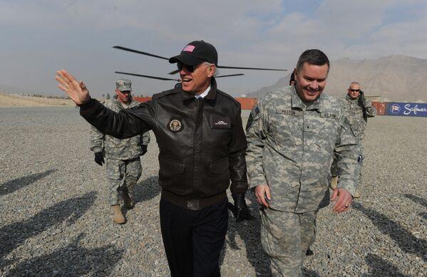 Phó Tổng thống Hoa Kỳ Joe Biden tại Trung tâm Huấn luyện Quân đội Quốc gia Afghanistan (ANA) ở Kabul, 2011 - Sputnik Việt Nam