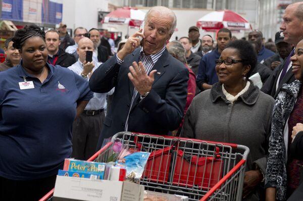 Phó Tổng thống Hoa Kỳ Joe Biden thăm một cửa hàng Costco ở Washington DC, 2012 - Sputnik Việt Nam