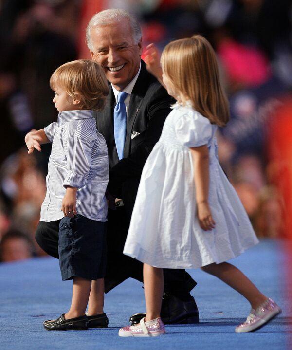 Thượng nghị sĩ Joe Biden, ứng cử viên phó tổng thống từ đảng Dân chủ với cháu trai và cháu gái ở Denver, 2008 - Sputnik Việt Nam