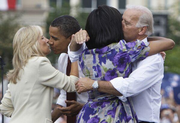 Ứng cử viên tổng thống Barack Obama và ứng cử viên phó tổng thống Joe Biden với vợ của họ, 2008 - Sputnik Việt Nam