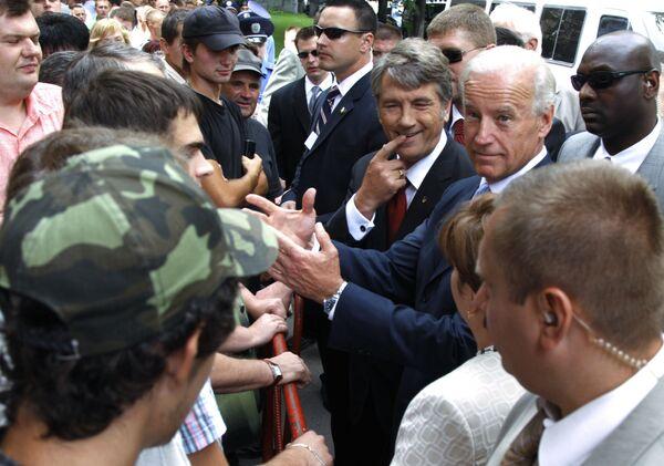 Phó Tổng thống Mỹ Joseph Biden và Tổng thống Ukraina Viktor Yushchenko trong cuộc gặp với người dân ở Kiev - Sputnik Việt Nam