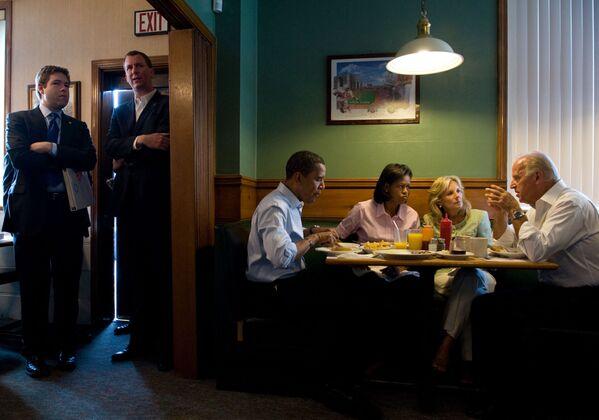Ứng cử viên tổng thống Barack Obama và ứng cử viên phó tổng thống Joe Biden cùng vợ trong bữa sáng, 2008 - Sputnik Việt Nam