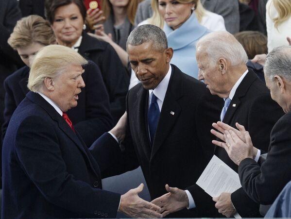 Tổng thống Hoa Kỳ Donald Trump, Cựu Tổng thống Hoa Kỳ Barack Obama và Cựu Phó Tổng thống Hoa Kỳ Joe Biden tại lễ nhậm chức ở Washington, 2017 - Sputnik Việt Nam