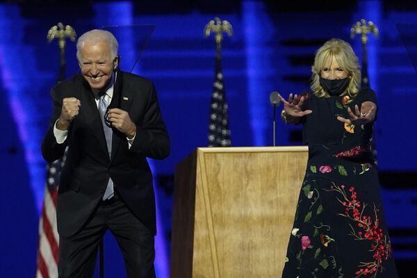 Tổng thống đắc cử Joe Biden với vợ trong cuộc gặp với những người ủng hộ, năm 2020 - Sputnik Việt Nam