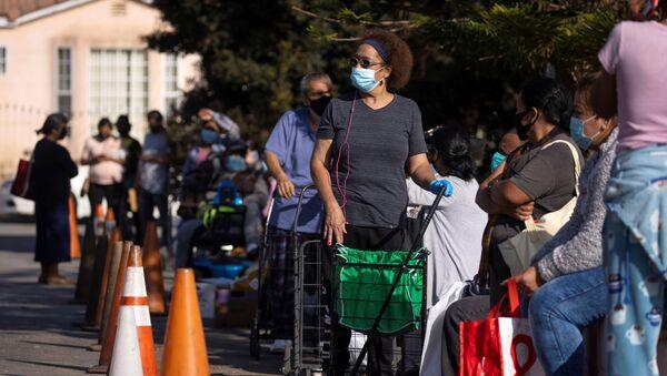 Mọi người xếp hàng chờ thực phẩm do Ngân hàng Lương thực Khu vực Los Angeles phân phát trong đợt bùng phát coronavirus, Los Angeles, California - Sputnik Việt Nam