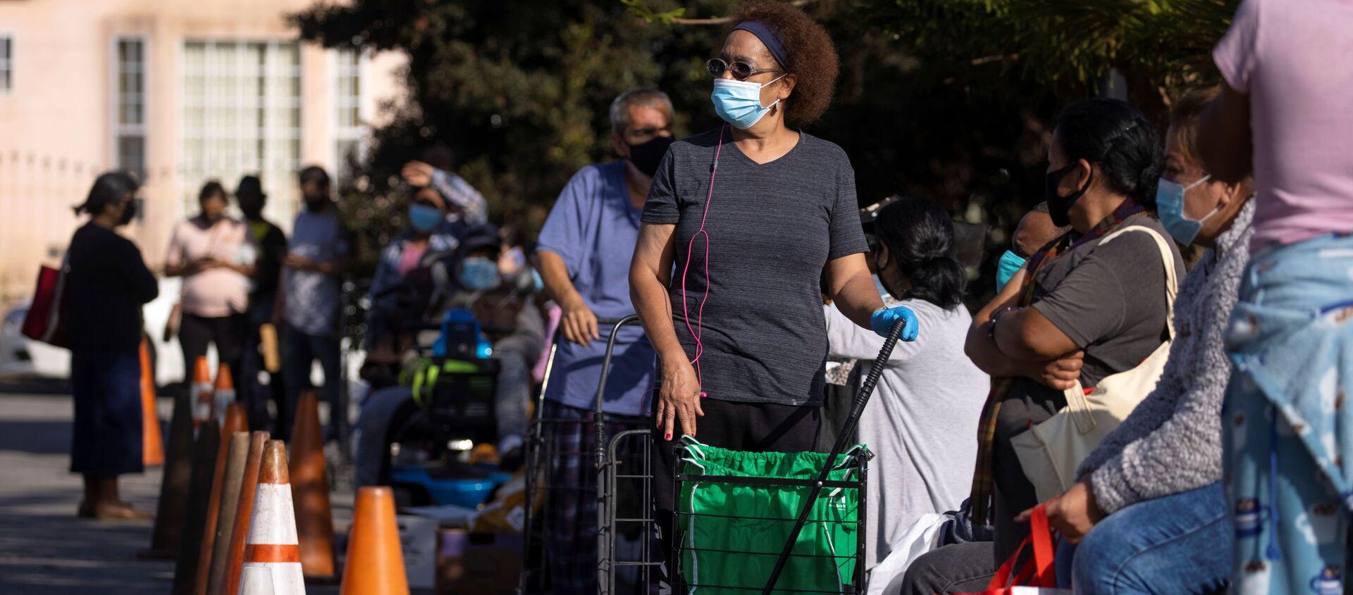Mọi người xếp hàng chờ thực phẩm do Ngân hàng Lương thực Khu vực Los Angeles phân phát trong đợt bùng phát coronavirus, Los Angeles, California - Sputnik Việt Nam, 1920, 16.12.2020